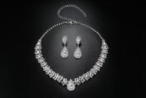 Nowy komplet biżuterii naszyjnik kolia kolczyki srebrny kolor białe cyrkonie