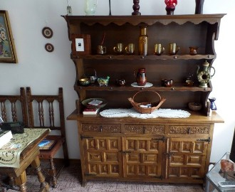 komoda z nadstawką, hiszpańska z Toledo, rzeźbiona