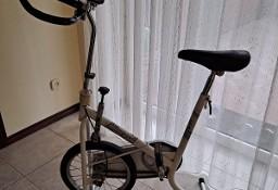Rower stacjonarny, do rehabilitacji lub poprawy kondycji fizycznej.