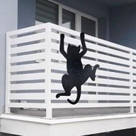 wspinający się kot