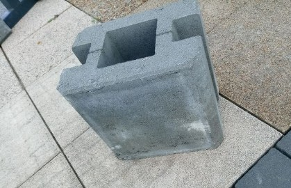 Łacznik podmurówki zalewany z dużą dziurą