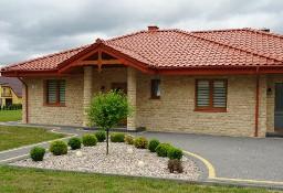 elewacja domu z czarnym czerwonym dachem