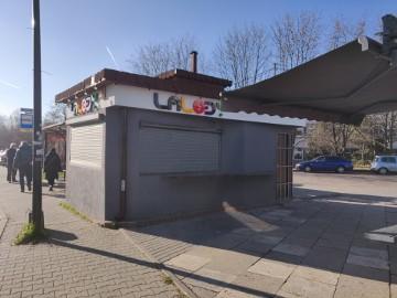 Punkt handlowy Tysiąclecie Katowice - skraj targowiska miejskiego niedaleko sklepu Lidl oraz szkoły