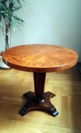 Stół z okrągłym intarsjowanym blatem