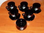 5 filiżanek z podstawkami i cukiernica, komplet z ciemnego szkła