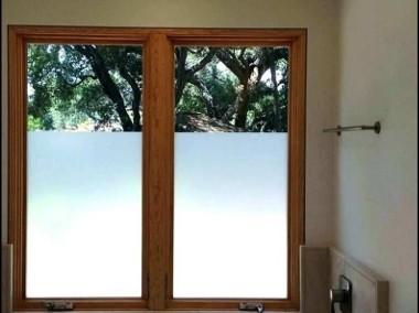 Zasłaniamy okno w łazience -Co na okno łazienkowe? Folkos folie matowe i dekoracyjne Oklejanie szyb Warszawa i okolice-1