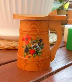 Mały drewniany kufelek z przykrywką i dekoracją