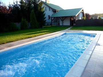 Dom nad jeziorem z basenem - bezpośrednio