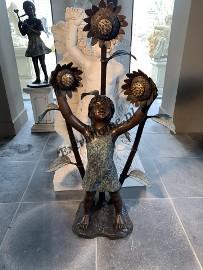 Fontanna z brązu Dziewczynka ze słonecznikami