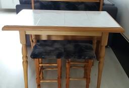 Stół + dwa taborety i siedzisko-ławka.