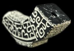 Orientalny wazon kamienny  w kształcie rogu