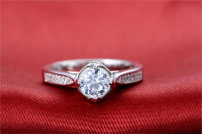 Nowy pierścionek srebrny kolor posrebrzany 925 cyrkonie